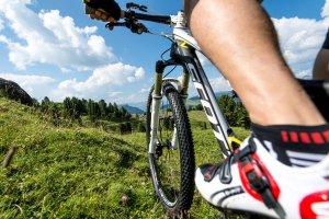 Mountain biking on the Alpe di Siusi 01